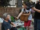 媒体采访群众。