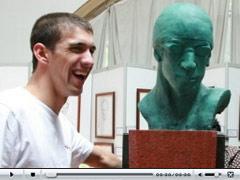 菲尔普斯与雕像合影