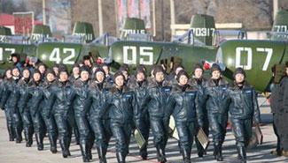 解放军第八批女飞行员首次飞上蓝天(组图)