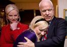 麦凯恩拥抱女儿