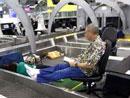 一名被迫滞留的旅客看书打发时间