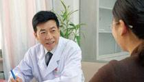张为远主任在特需门诊接诊病人。