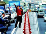 堵车间隙走出车门伸懒腰,堵车,北京,交通,汽车,汽车网,搜狐汽车,车友会