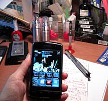 黎坚惠的黑莓手机和工作间