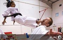 5岁女孩竟是空手道黑带 惊艳飞踢羞辱1米8壮汉