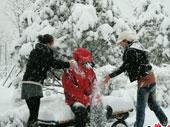 男车友在雪中遭两MM虐