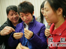 小记者向爱心妈妈学织毛衣
