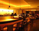 酒吧区座落于整个ARMANI/BAR 的中央,令人眼前一亮的椭圆形酒吧面是金色的合成树脂。