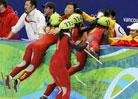 中国夺冠兴奋拥抱教练