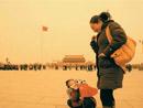 来北京旅游的母子用围巾护脸