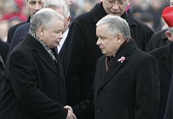 这是2006年11月11日,波兰总统莱赫·卡钦斯基(右)和波兰总理雅罗斯瓦夫·卡钦斯基在华沙出席波兰独立日庆祝活动。