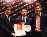 胡润、锡柱集团主席吕锡柱(左一)为澳门十六浦索菲特大酒店颁奖