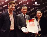 胡润、香舍餐厅董事长麦广丽(右一)为皇冠度假酒店颁奖
