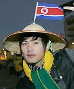朝鲜清秀帅哥笑对镜头