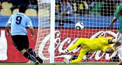 乌拉圭两胜一平A组第一 苏亚雷斯建功