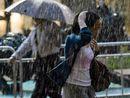 市民在风雨中前行