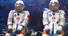 航天服由头盔、服装、手套和靴子组成;头盔上的面窗平时可随意启闭