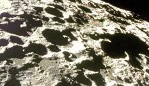 在月球上布满了环形山,凸凹不平