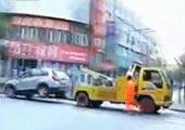 上海彪悍富婆竟然开车拖走拖车