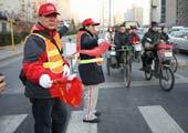 志愿者体验路口执勤