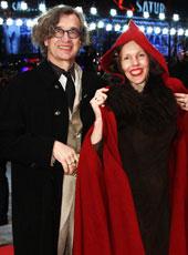 文德斯妻子小红帽造型抢眼