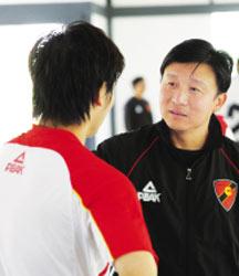 不满对手拖延中乙另类罢赛 教练让球员集体抽筋