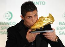 C罗第二次捧起欧洲金靴