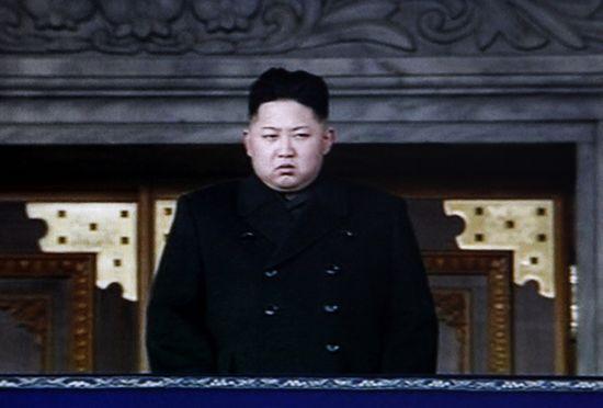 已成为朝鲜最高领袖的金正恩昨日在中央追悼大会主席台上。(截屏图)