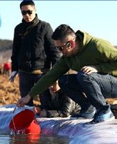 臭豆腐老师在帮孩子打水