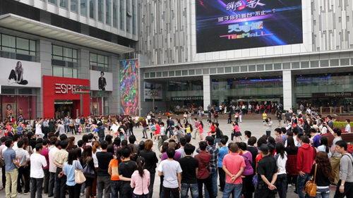 数以百计的群众围观青春活力