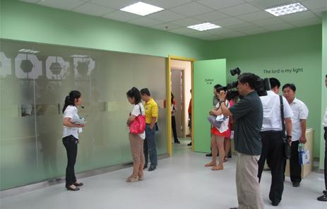 天香美伦工作人员邀请嘉宾和媒体记者观看天香美伦现场施工治理