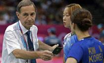 韩羽球队员消极比赛 裁判被迫出黑牌