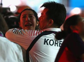 韩国队教练在安慰申雅岚