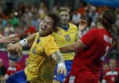 奥运图:瑞典手球队晋级半决赛 准备扔球