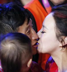 邹市明卫冕亲吻娇妻