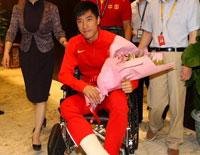 刘翔手术结束返沪 机场轮椅现身精神好