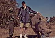 姚明深入非洲亲密接触犀牛