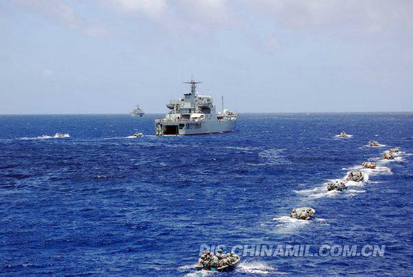 """资料图:中国海军联合演练突击""""敌""""占岛礁。"""