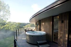 英国五星酒店建超奢华树屋套房