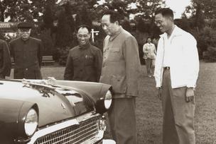 毛泽东在中南海观看并乘坐东风轿车