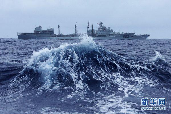 资料图:鄱阳湖舰在大风浪中为杭州舰补给。
