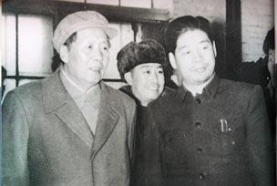 毛泽东同志在饶斌陪同下视察一汽铸造车间