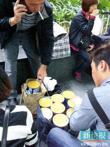 昨日,香港水货客在罗湖口岸交易婴儿配方奶粉。