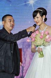 刘国梁为新娘拿话筒