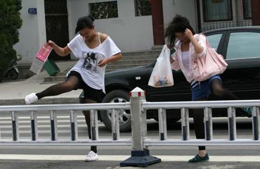 """抓拍马路疯狂跨栏 黑丝超短变身""""刘翔"""""""