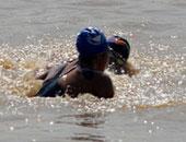 马拉松游泳水中冲突