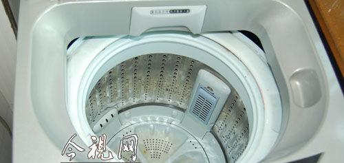 洗衣机虽然已被洗过,但内桶边仍有红色的血迹。