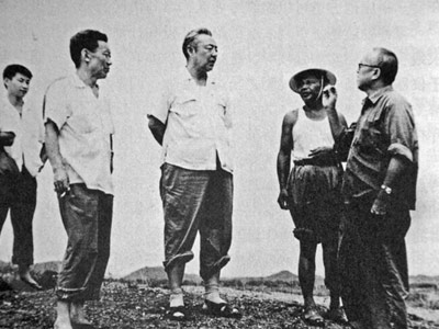 1978 年8 月,习仲勋(中)在广东省惠阳地区调研。