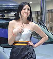 清纯妹子爱耍宝 武汉国际车展表情帝车模