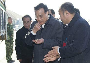 李克强考察黑龙江 咀嚼谷粒测水分